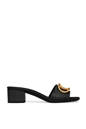 حذاء مفتوح من الخلف بشعار حرف V