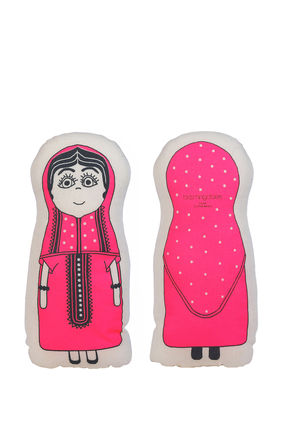 وسادة مخملية بتصميم فتاة كويتية بعباية