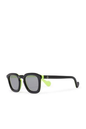 نظارة شمسية مزينة بشعار الماركة بلون مغاير