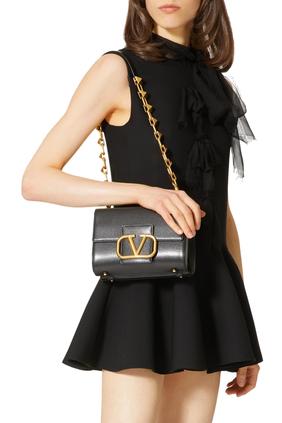 حقيبة كتف جلد بشعار حرف V